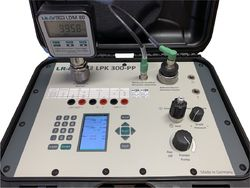 LR-Cal LPK 300-PP pressure calibration case with electric pressure/vacuum pump (this image shows also an unit under test)